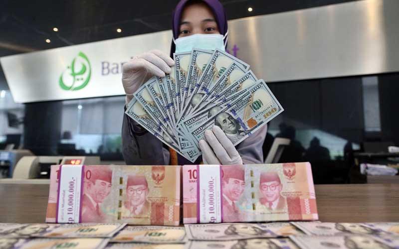 """Karyawan menunjukan dolar AS di Jakarta Artikel ini telah tayang di Bisnis.com dengan judul """"Nilai Tukar Rupiah Terhadap Dolar AS Hari Ini, Kamis 2 September 2021"""", Klik selengkapnya di sini: https://market.bisnis.com/read/20210902/93/1436942/nilai-tukar-rupiah-terhadap-dolar-as-hari-ini-kamis-2-september-2021?utm_source=Desktop&utm_medium=Artikel&utm_campaign=BacaJuga_1. Author: Lorenzo Anugrah Mahardhika Editor : Hafiyyan Download aplikasi Bisnis.com terbaru untuk akses lebih cepat dan nyaman di sini: Android: http://bit.ly/AppsBisniscomPS iOS: http://bit.ly/AppsBisniscomIOS"""
